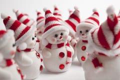 Sitzung einer Gruppe kleiner Schneemänner   Lizenzfreies Stockbild