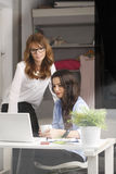 Sitzung mit zwei Geschäftsfrauen im Büro Stockbild