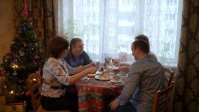 Sitzung von älteren Eltern und von Kindern stock footage