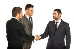 Sitzung von drei Geschäftsleuten Stockbild