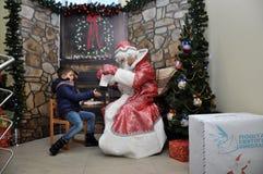 Sitzung von St_ Nicholas mit children_4 Lizenzfreies Stockfoto