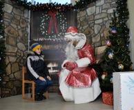 Sitzung von St_ Nicholas mit children_8 Lizenzfreies Stockbild