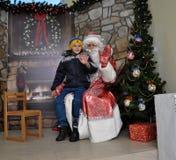 Sitzung von St_ Nicholas mit children_9 Lizenzfreie Stockfotos