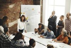 Sitzungs-Diskussion, die Ideen-Konzept teilend spricht lizenzfreie stockfotografie