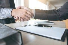 Sitzungs- und Grußkonzept, überzeugter Händedruck a des Geschäfts zwei stockbild