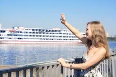 Sitzungsschiff der jungen Frau Lizenzfreie Stockfotos