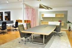 Sitzungsschreibtisch in einem Büro Lizenzfreie Stockbilder