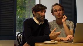 SitzungsTeilhaber am Café, zum von Strategien und von Geistesblitz zu besprechen stock footage