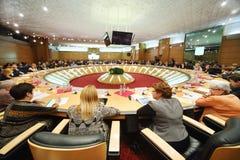 Sitzungsteilnehmer sitzen bei Tisch Stockbild