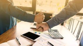 Sitzungsverhandlung und -vereinbarung mit zwei Geschäftsmännern erfolgreich lizenzfreies stockbild