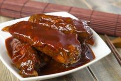Côtes de découvert de porc collantes chinoises Images stock
