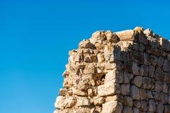 Siuran,塔拉贡纳, Catalunya,西班牙城堡的废墟的看法  查出在蓝色背景 库存图片
