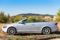 SIURANA DE PRADES, ESPAGNE - 5 OCTOBRE 2017 : Cabriolet de Gray Volvo sur le fond d'une montagne Copiez l'espace pour le texte Image libre de droits
