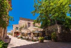 SIURANA DE PRADES, SPANIEN - 26. JUNI 2017: Ansicht von Gebäuden und von Cafés im Dorf Kopieren Sie Raum für Text Lizenzfreie Stockfotos