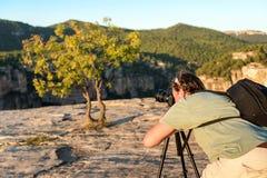 SIURANA DE PRADES, SPANIEN - 5. OKTOBER 2017: Ein Fotograf mit einem Stativ macht Fotos der Landschaft Kopieren Sie Raum für Text Stockfoto
