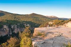SIURANA DE PRADES, SPANIEN - 5. OKTOBER 2017: Ein Fotograf mit einem Stativ macht Fotos der Landschaft Kopieren Sie Raum für Text Lizenzfreies Stockfoto