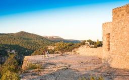 SIURANA DE PRADES, SPANIEN - 5. OKTOBER 2017: Ein Fotograf mit einem Stativ macht Fotos der Landschaft Kopieren Sie Raum für Text Lizenzfreies Stockbild