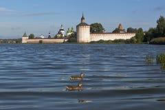 Siverskoe sjö nära den Kirillo-Belozersky kloster i försommarmorgonen i den Vologda regionen Arkivfoton
