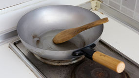Siviera di legno sulla pentola d'acciaio pronta da cucinare Immagini Stock
