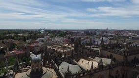 Siviglia, Andalusia, Spagna - 18 aprile 2016: Cattedrale della vista panoramica di Siviglia del campanile di Giralda video d archivio