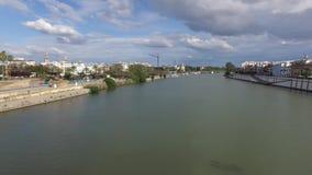 Siviglia, Andalusia, Spagna - 18 aprile 2016: Ponte della città di Isabel II di Siviglia, Spagna archivi video