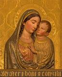 Siviglia - il sollievo barrocco di legno di Madonna sull'altare laterale nella chiesa Iglesia de Santa Mara Magdalena Fotografia Stock Libera da Diritti