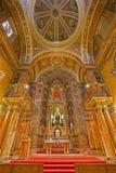 Siviglia - l'altare ed il presbiterio principali della chiesa barrocco Iglesia de Buen Suceso da 17 centesimo Fotografia Stock