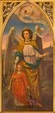Siviglia - la pittura dell'angelo della guardia dall'altare laterale gotico neo in chiesa Iglesia de San Pedro Fotografia Stock