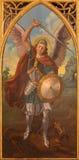 Siviglia - la pittura dell'arcangelo Michael dall'altare laterale gotico neo in chiesa Iglesia de San Pedro Fotografia Stock
