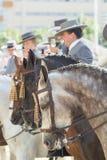 SIVIGLIA, SPAGNA - IL 25 APRILE: la gente in costume tradizionale con i hors Immagine Stock