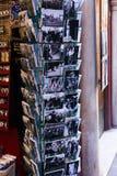 Siviglia, Spagna, l'11 gennaio 2019 le retro cartoline bianche Nero con il flamenco sono vendute vicino al negozio di regalo immagine stock