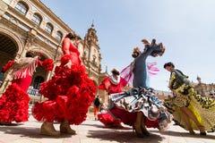 SIVIGLIA, SPAGNA - MAGGIO 2017: Flamenco di ballo delle giovani donne su Plaza de Espana fotografia stock libera da diritti