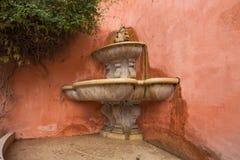 Siviglia Una vecchia fontana antica nascosta in uno dei vicoli di vecchia città immagini stock libere da diritti