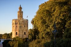 Siville - Mening van Gouden Tower Torre del Oro van Sevilla, Andalusia, Spanje over rivier Guadalquivir bij zonsondergang royalty-vrije stock fotografie