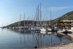 SIVOTA, LEUCADE, GRECIA 17 LUGLIO 2014: Vista panoramica del villaggio di Sivota, Leucade, Grecia Immagini Stock