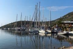 SIVOTA, LEUCADE, GRECIA 17 LUGLIO 2014: Vista panoramica del villaggio di Sivota, Leucade, Grecia Immagine Stock
