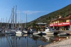 SIVOTA, LEUCADE, GRECIA 17 LUGLIO 2014: Vista panoramica del villaggio di Sivota, Leucade, Grecia Fotografia Stock Libera da Diritti