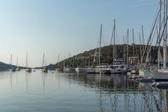 SIVOTA, LEUCADE, GRECIA 17 LUGLIO 2014: Vista panoramica del villaggio di Sivota, Leucade, Grecia Fotografie Stock Libere da Diritti