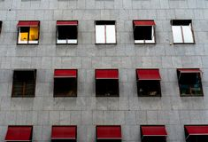 Siwieje ścianę z czerwoną markizą zdjęcie royalty free