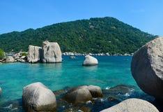 Siwieje kamienie i błękitnego morze Obraz Royalty Free