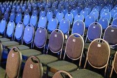 Siwieje krzesła z liczbami z rzędu Zdjęcia Royalty Free
