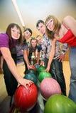 Six amis sont pris par des billes dans le club de bowling Photos stock