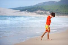 Six années de garçon sur la plage exotique Photographie stock libre de droits