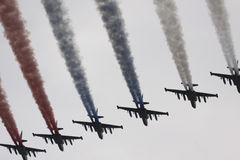 Six avions de combat dans le ciel ont peint l'indicateur de Russ Photo stock