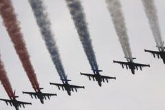 Six avions de combat dans le ciel ont peint l'indicateur de Russ Photo stock