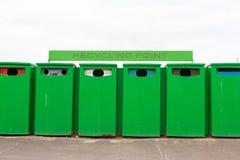 Six bacs de recyclage verts en réutilisant le point pour rassembler des déchets Photo libre de droits
