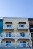 Six balcons blancs sur le bâtiment en bois jaune Images stock