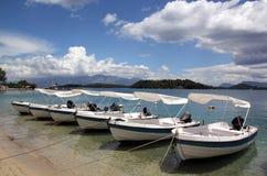 Six bateaux et un beau ciel Photos stock