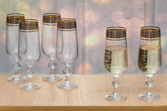 Six beaux verres de vin en verre, deux ont rempli de champagne Images stock