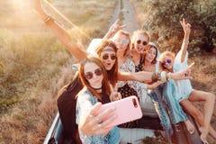 Six belles filles font le selfie images libres de droits